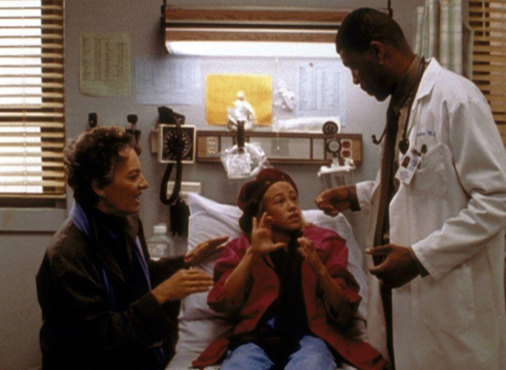 Die taubstumme Mrs. Parks (Phyllis Frelich, l.) will Dr. Benton (Eric LaSalle, r.) davon überzeugen, dass ihre Enkelin Gwen (Tara Kleiger) eine Darm... - Bildquelle: TM+  2000 WARNER BROS.