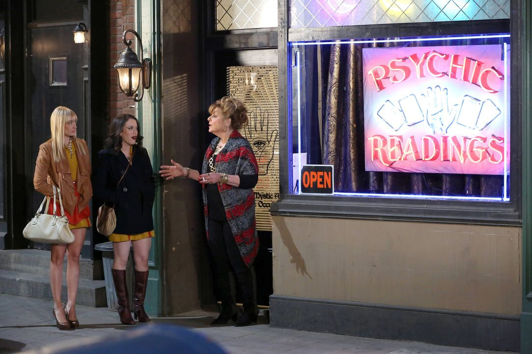 Weil es mit der Liebe gerade nicht läuft sucht Caroline (Beth Behrs, l.) mit Max (Kat Dennings, M.) Unterstützung Rat bei der Wahrsagerin Wiga (Ca... - Bildquelle: Warner Bros. Television