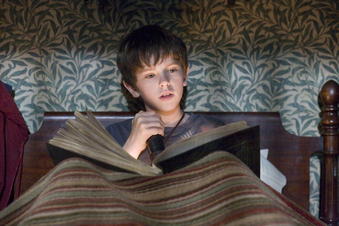 Trotz der ausdrücklichen Warnung, das Buch nicht zu öffnen, beginnt Jared (Freddie Highmore) darin zu stöbern. Was das für Folgen hat, ahnt er natür... - Bildquelle: Paramount Pictures