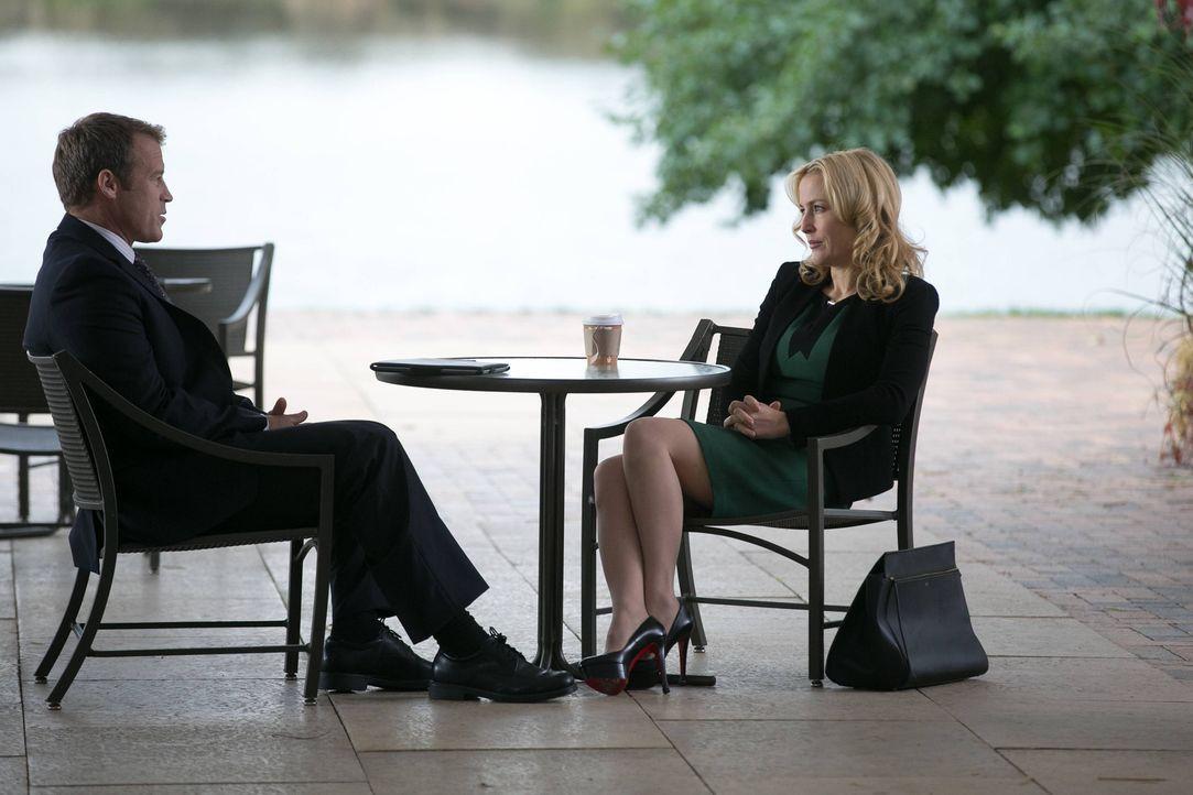 Was haben CIA Director Widener (Mark Valley, l.) und Meg Fitch (Gillian Anderson, r.) miteinander zu tun? - Bildquelle: 2013-2014 NBC Universal Media, LLC. All rights reserved.