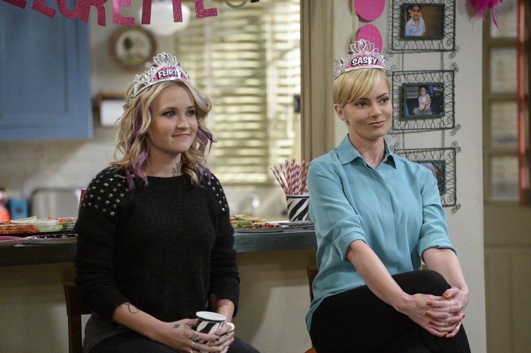 Jodi (Emily Osment, l.) und Jill (Jaime Pressly, r.) amüsieren sich gut auf der Junggesellinnenparty, die Christy für Marjorie veranstaltet. Bis die... - Bildquelle: 2015 Warner Bros. Entertainment, Inc.