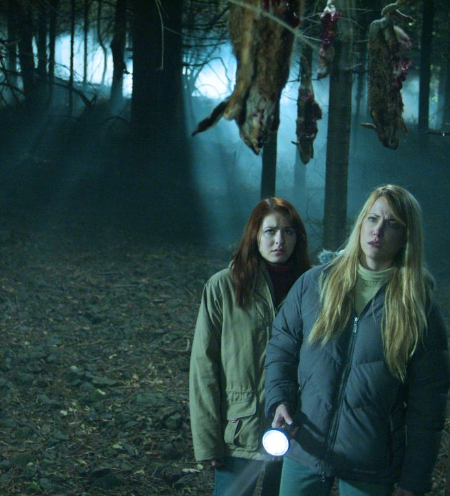 Schon bald wird Karen (Lori Heuring, r.) ihren beiden Töchtern Sarah (Scout Taylor-Compton, l.) und Emma klar, dass es in der Umgebung ihres ererbt... - Bildquelle: Nu Image Films