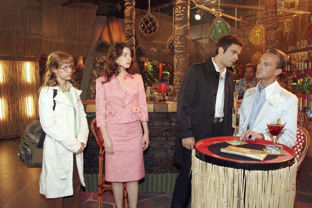 Lisa (Alexandra Neldel, l.) und Mariella (Bianca Hein, 2.v.l.) können nicht verhindern, dass David (Mathis Künzler, 2.v.r.) Hugo (Hubertus Regout, r... - Bildquelle: Noreen Flynn Sat.1