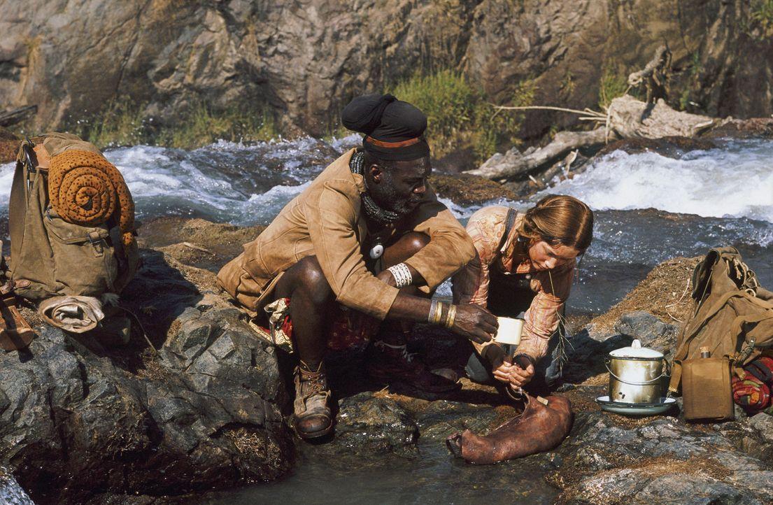 Nehmen eine waghalsige Wüstendurchquerung auf sich, um Gary zu retten: Grace (Camille Summers, r.) und Himba Kadjiro (Eriq Ebounaney, l.) ... - Bildquelle: Gaumont
