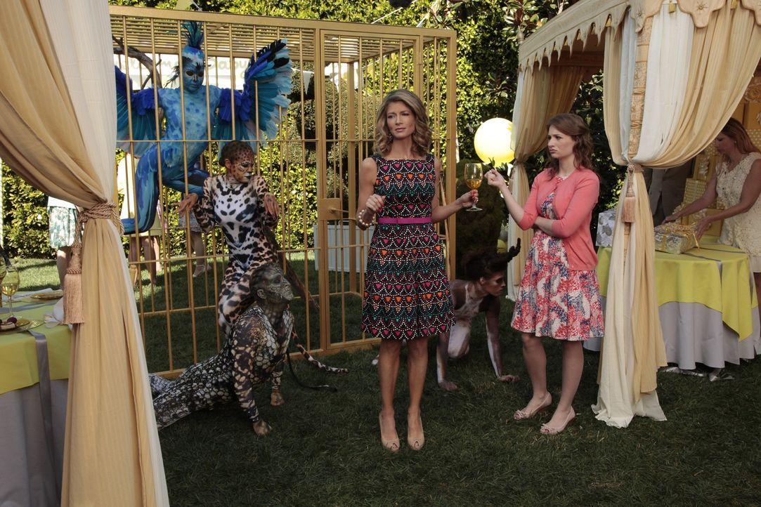 Veranstalten eine ganz besondere Party: Noah, Jill (Gillian Vigman, M.l.) und Jenna Werner (Courtney Merritt, M.r.) ... - Bildquelle: Warner Brothers