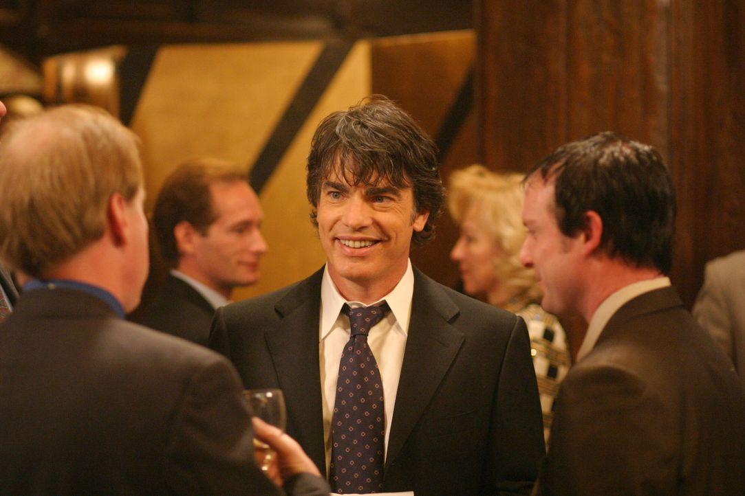 Trotz vergeblich gesuchter Ausreden, ist es Sandy (Peter Gallagher, M.) nicht gelungen, der Benefitz-Gala zu entkommen ... - Bildquelle: Warner Bros. Television