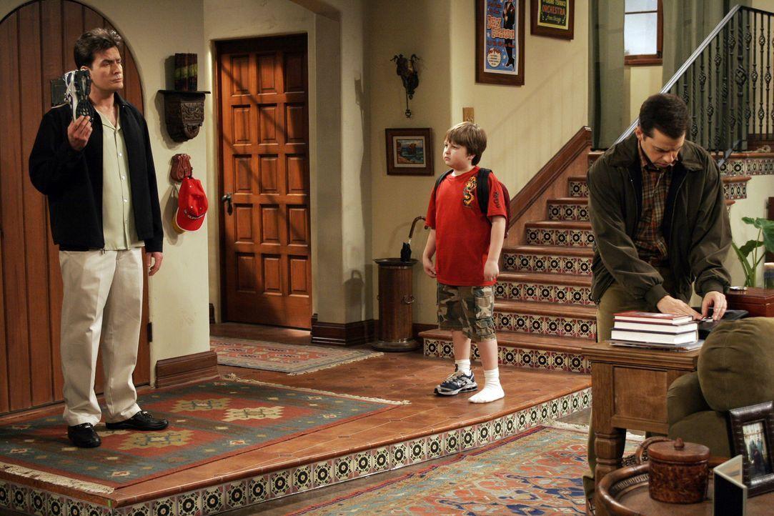 Müssen sich um Jake (Angus T. Jones, M.) kümmern: Charlie (Charlie Sheen, l.) und Alan (Jon Cryer, r.) ... - Bildquelle: Warner Bros. Television