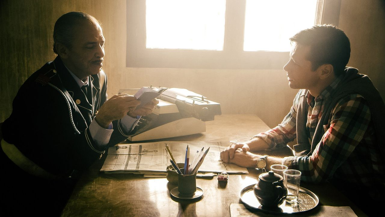 Nachdem Lucie nicht vom Wüstentrip ins Hotel zurückkehrt, versucht David (Leon Ockenden, r.) bei der marokkanischen Polizei eine Vermisstenanzeige... - Bildquelle: Richard Krause SAT.1