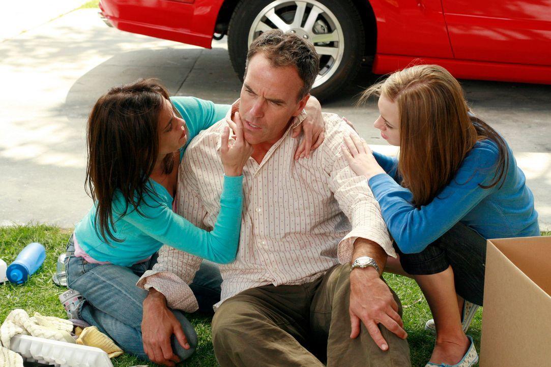 Besorgt kümmern sich Susan (Teri Hatcher, l.) und Julie (Andrea Bowen, r.) um Karl (Richard Burgi, M.) ... - Bildquelle: 2005 Touchstone Television  All Rights Reserved