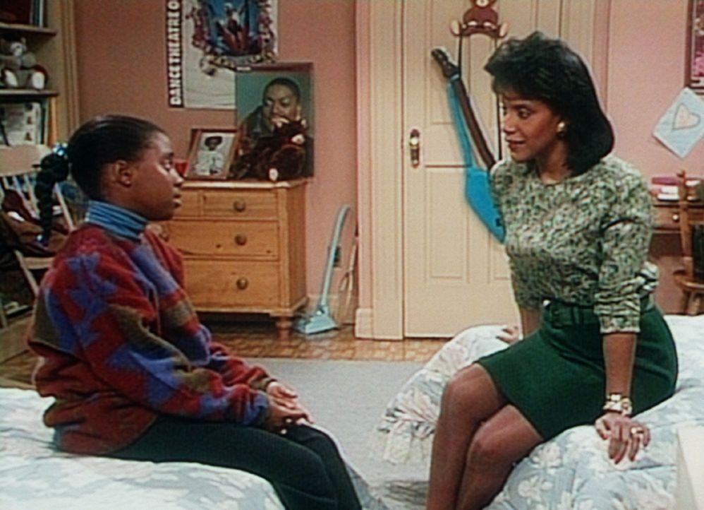 "Clair (Phylicia Rashad, r.) fragt Rudy (Keshia Knight Pulliam, l.), was sie an ihrem ""Frauentag"" gerne machen möchte ... - Bildquelle: Viacom"
