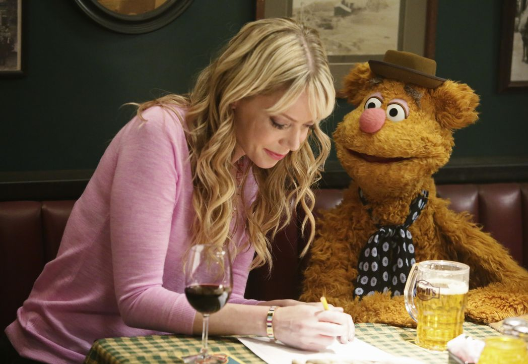 Gemeinsam besuchen Kermit, Denise, Fozzie (r.) und Becky (l.) einen Quizabend bei Rowlf. Die Freunde haben viel Spaß, doch Kermit gefällt es gar nic... - Bildquelle: Nicole Wilder ABC Studios