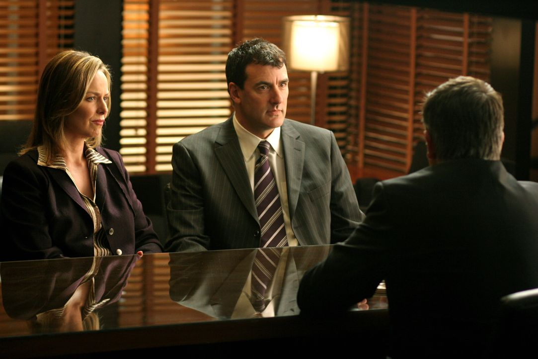 Jack (Anthony LaPaglia, r.) unterhält sich mit Pamela (Melora Hardin, l.) und Dennis (Robert Mailhouse, M.) ... - Bildquelle: Warner Bros. Entertainment Inc.