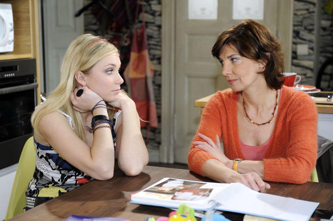 Lily (Jil Funke, l.) vertraut sich in ihrer Enttäuschung Steffi (Karin Kienzer, r.) an. - Bildquelle: Oliver Ziebe Sat.1