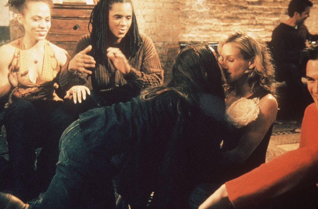 Carrie (Sarah Jessica Parker, r.) macht auf einer Party, die sie mit Sean besucht, eine neue sexuelle Erfahrung: Eine Frau, Dawn (Alanis Morisette,... - Bildquelle: Paramount Pictures