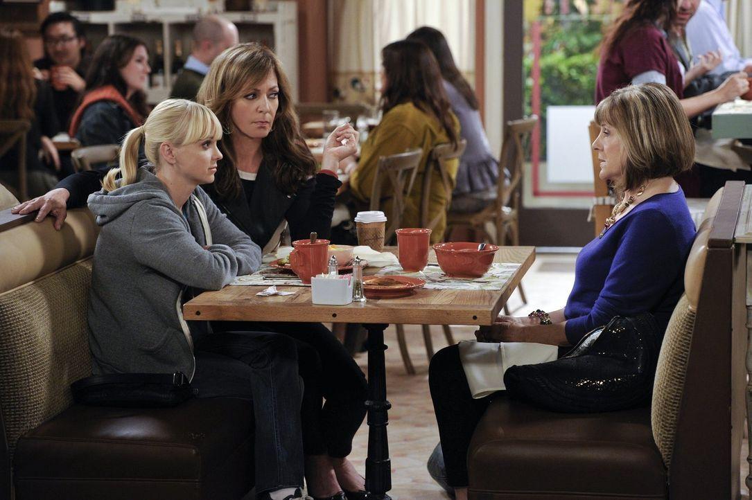Marjorie (Mimi Kennedy, r.) rät ihrer Freundin Christy (Anna Faris, l.), nicht gleich beim ersten Date mit Adam ins Bett zu gehen - Bonnie (Allison... - Bildquelle: Warner Brothers Entertainment Inc.