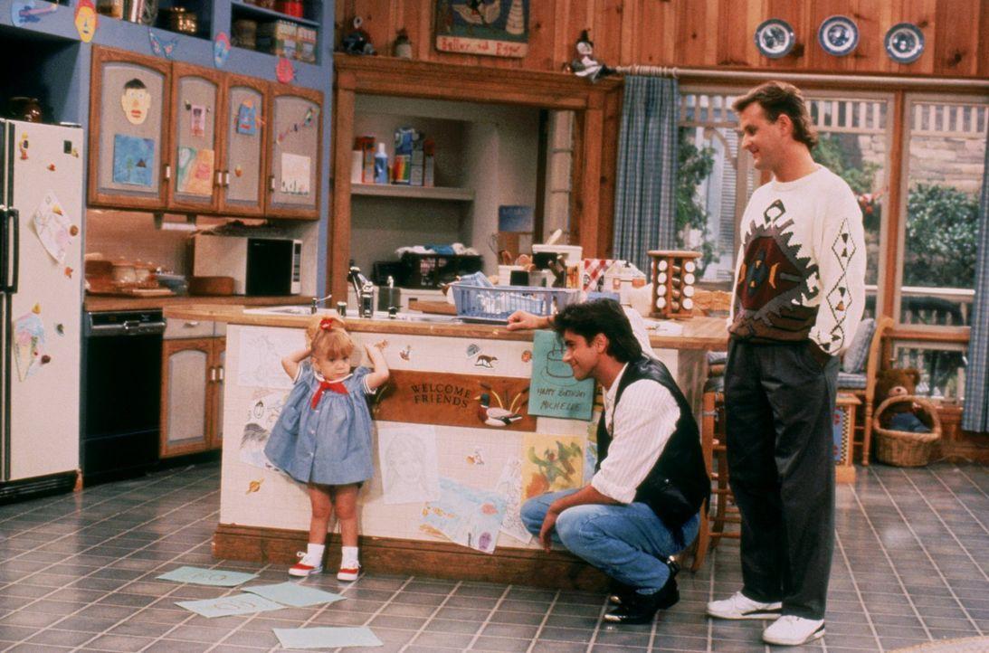 Michelles (Mary-Kate/Ashley Olsen, l.) Geburtstag soll etwas ganz besonderes werden, da sind sich Jesse (John Stamos, M.) und Joey (Dave Coulier, r.... - Bildquelle: Warner Brothers Inc.