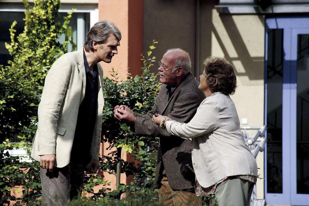 Hubert (Joost Siedhoff, M.) geht mit Pflegerin Anna (Swetlana Schönfeld, r.) im Park spazieren, als überraschend Stefan (Walter Sittler, l.) zu Besu... - Bildquelle: Christian Hartmann Sat.1