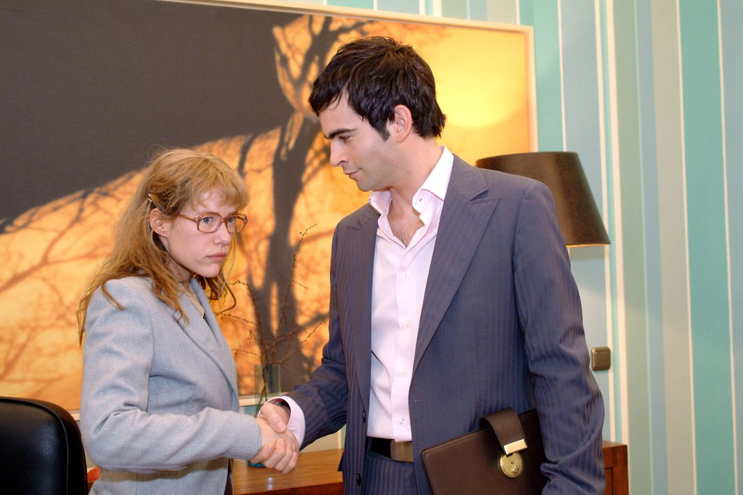 Auf gute Zusammenarbeit? Von wegen - lediglich aus Sorge um ihre Kollegen hat Lisa (Alexandra Neldel, l.) den Vertrag unterzeichnet - und wird von D... - Bildquelle: Monika Schürle Sat.1