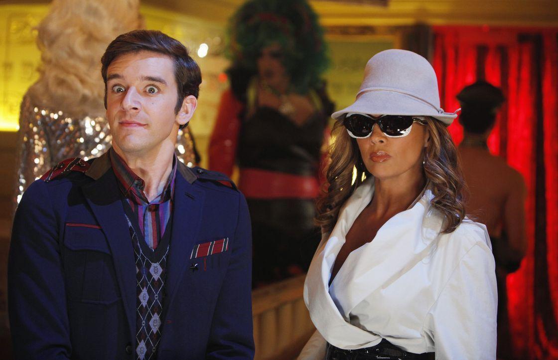 Marc (Michael Urie, l.) begleitet Wilhelmina (Vanessa Williams, r.) zu einer Drag Queen Vorstellung, bei der ein Darsteller Wilhelmina parodiert. Wä... - Bildquelle: Patrick Harbron 2009 American Broadcasting Companies, Inc. All rights reserved.