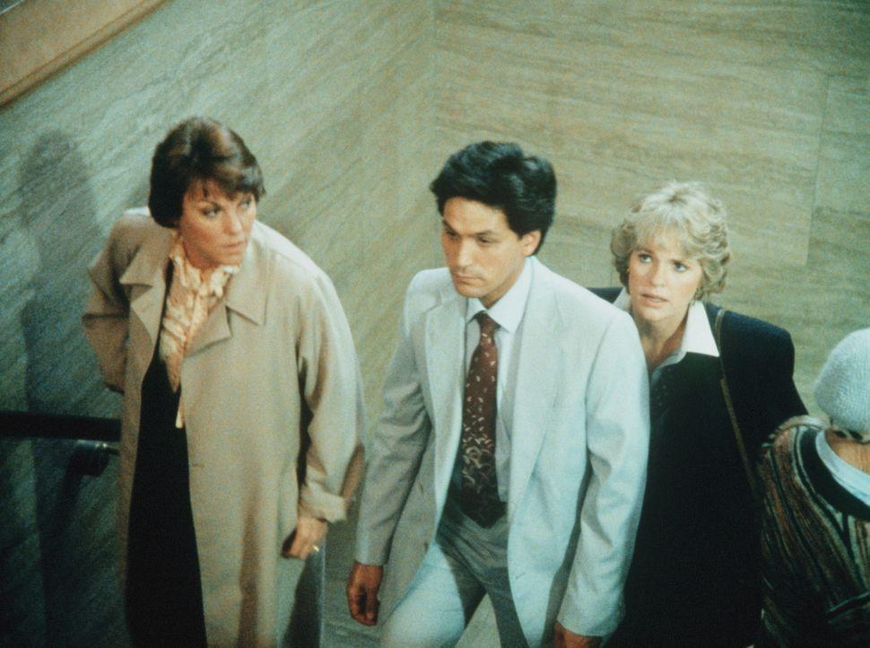 Eduardo (Tony Acierto, M.) muss als Hauptzeuge bei einem Mordprozess aussagen. Cagney (Sharon Gless, r.) und Lacey (Tyne Daly) begleiten ihn ins Ger... - Bildquelle: ORION PICTURES CORPORATION. ALL RIGHTS RESERVED.