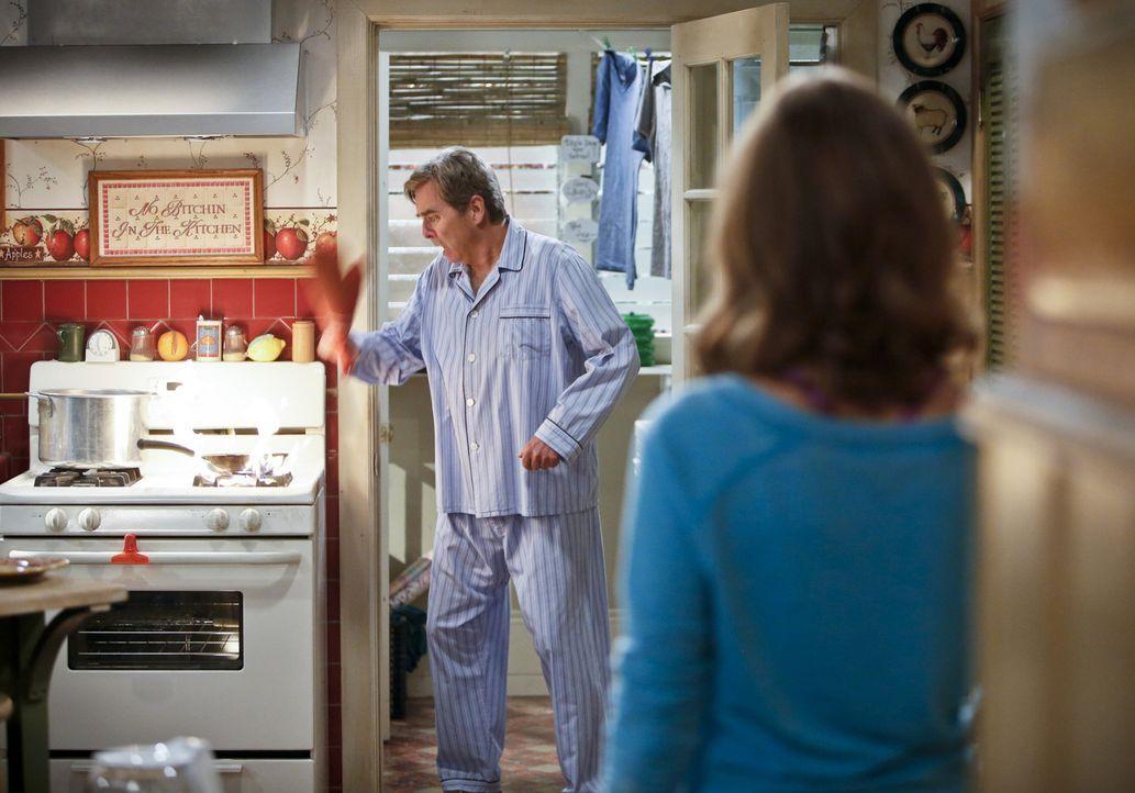 Unfassbar: Tom (Beau Bridges, l.) scheint nicht einmal im Stande zu sein, ein Frühstücksei selbst zuzubereiten. Besorgt nimmt sich Debbie (Jayma M... - Bildquelle: 2013 CBS Broadcasting, Inc. All Rights Reserved.