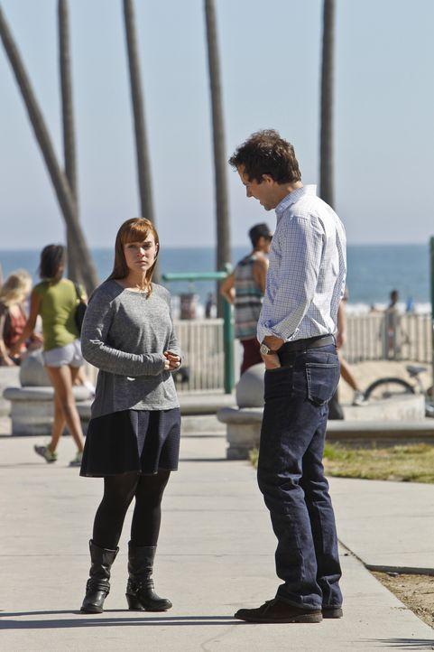 Während das Team an einem neuen Fall arbeitet, besucht Nate (Peter Cambor, r.) Nell (Renee Felice Smith, l.), um dieser mit ihren traumatischen Erfa... - Bildquelle: 2014 CBS Broadcasting, Inc. All Rights Reserved.