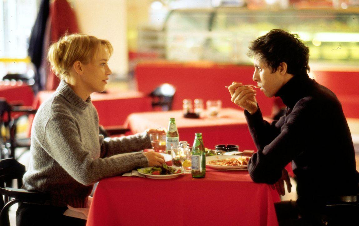 Mala (Floriane Daniel, l.) diskutiert mit Carlo (Marc Hosemann, r.) über die wahre Liebe. - Bildquelle: Sat.1