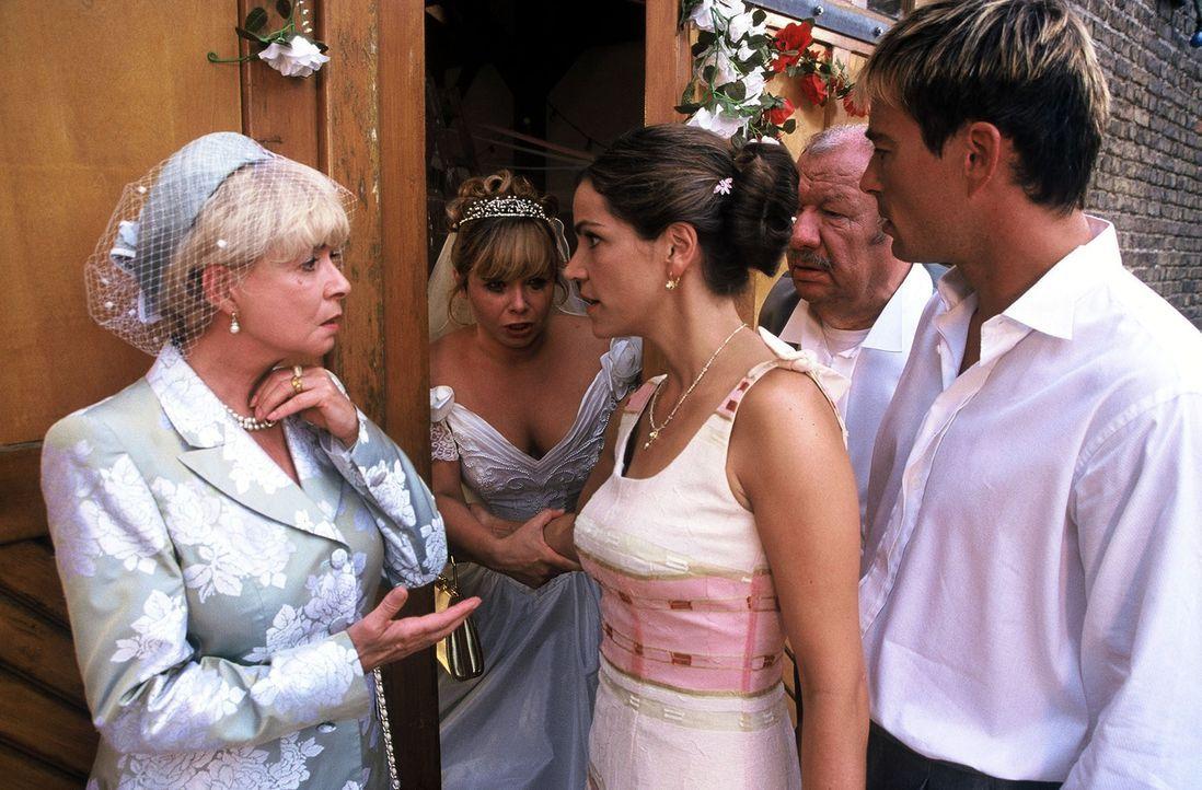 Die Braut (Sandra Steffel, 2.v.l.) hat sich in einer Scheune eingeschlossen. Ihre Eltern (Ingrid Steeger, l.; Wolfgang Völz, 2.v.r.) und der Bräutig... - Bildquelle: Hardy Spitz Sat.1