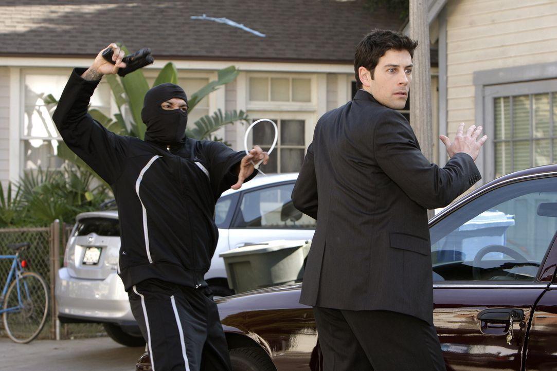 Er ist ein ranghoher Mitarbeiter der Staatsanwaltschaft und der Lebensgefährte von Beth: Josh Lindsey (Jordan Belfi, r.). Als er entführt wird, ist... - Bildquelle: Warner Brothers