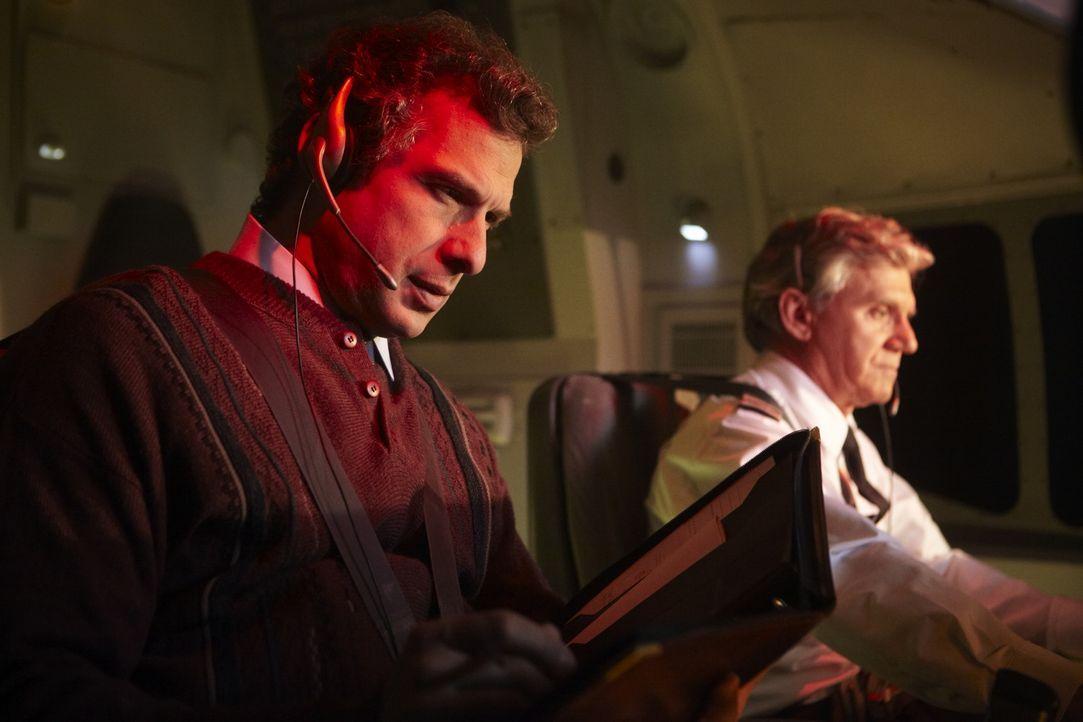 Ermittler David McNair (Richard Quesnel, l.) begibt sich auf einen Testflug, um genau die Flugroute des abgestürzten Militärflugzeuges Arrow Air Flu... - Bildquelle: Ian Watson Cineflix 2011