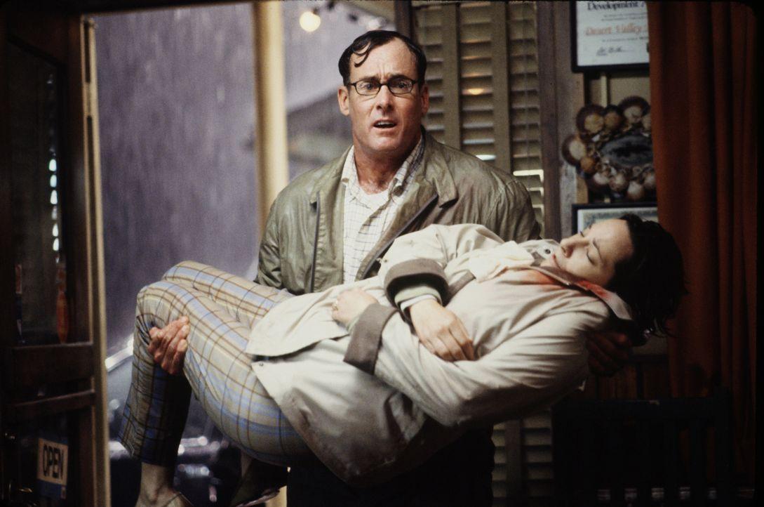 Sintflutartige Regenfälle und überschwemmte Straßen machen eine Weiterfahrt ins Krankenhaus unmöglich. George (John C. McGinley, hinten) bringt sein... - Bildquelle: 2003 Sony Pictures Television International. All Rights Reserved.