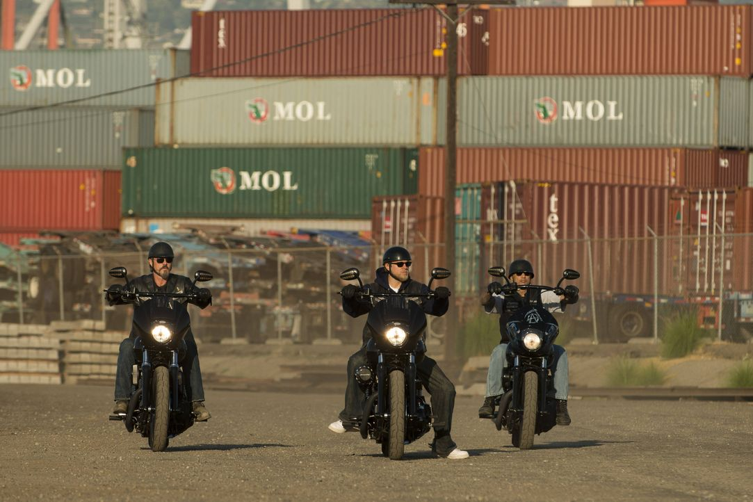 Die neue Brutalität von Jax (Charlie Hunnam, M.) entsetzt sogar Chibs (Tommy Flanagan, l.) und Happy (David Labrava, r.) ... - Bildquelle: 2012 Twentieth Century Fox Film Corporation and Bluebush Productions, LLC. All rights reserved.