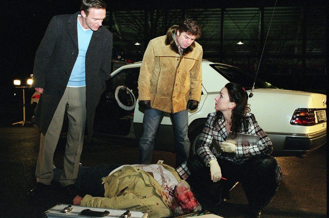 Doktor Schwarz (Tatjana Clasing, r.) untersucht mit Jupp (Uwe Fellensiek, M.) und Falk (Dirk Martens, l.) die blutüberströmte Leiche des Taxifahrers... - Bildquelle: Thekla Ehling Sat.1
