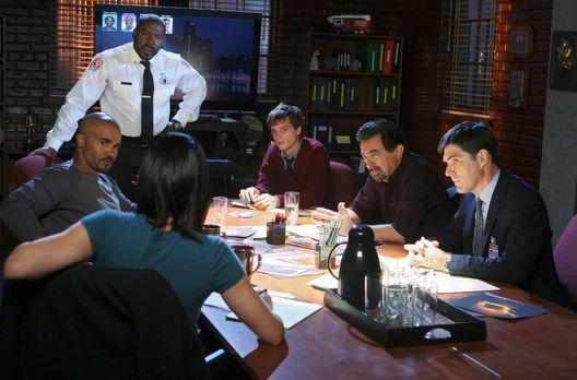 Criminal Minds - Versuchen einen Serientäter zur Strecke zu bringen: (v.l.n.r...