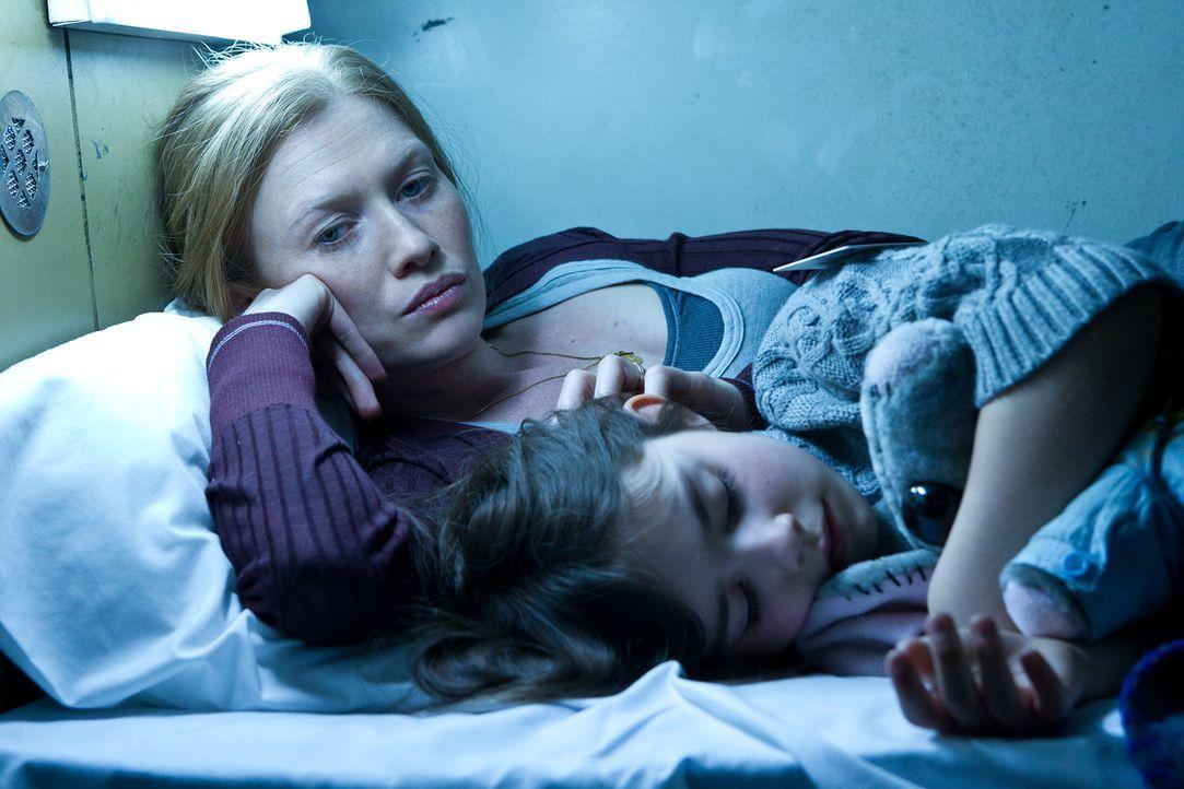 Während sich Gerry mit Zombies herumschlagen muss und versucht, eine Heilung zu finden, müssen Karin (Mireille Enos, l.) und Tochter Constance (Ster... - Bildquelle: 2013 Paramount Pictures.  All Rights Reserved.