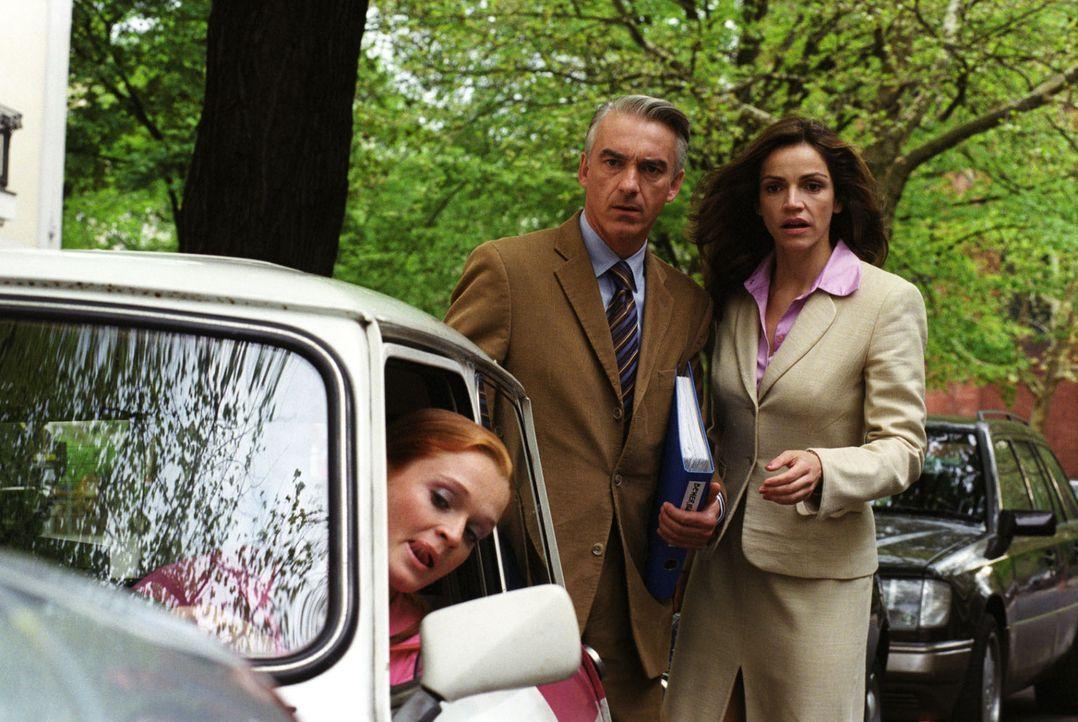 Felix (Christoph M. Ohrt, M.) und Sandra (Rebecca Immanuel, r.) beobachten entsetzt das unkonventionelle Einparken einer Frau. Da stellt sich heraus... - Bildquelle: Hardy Spitz Sat.1