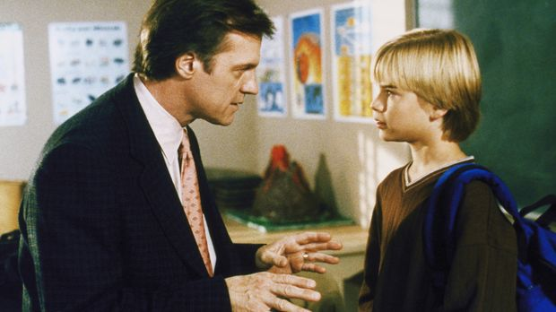 Simon (David Gallagher, r.) ist Zeuge, als sein Lehrer Mr. Lane mit dem rüden...