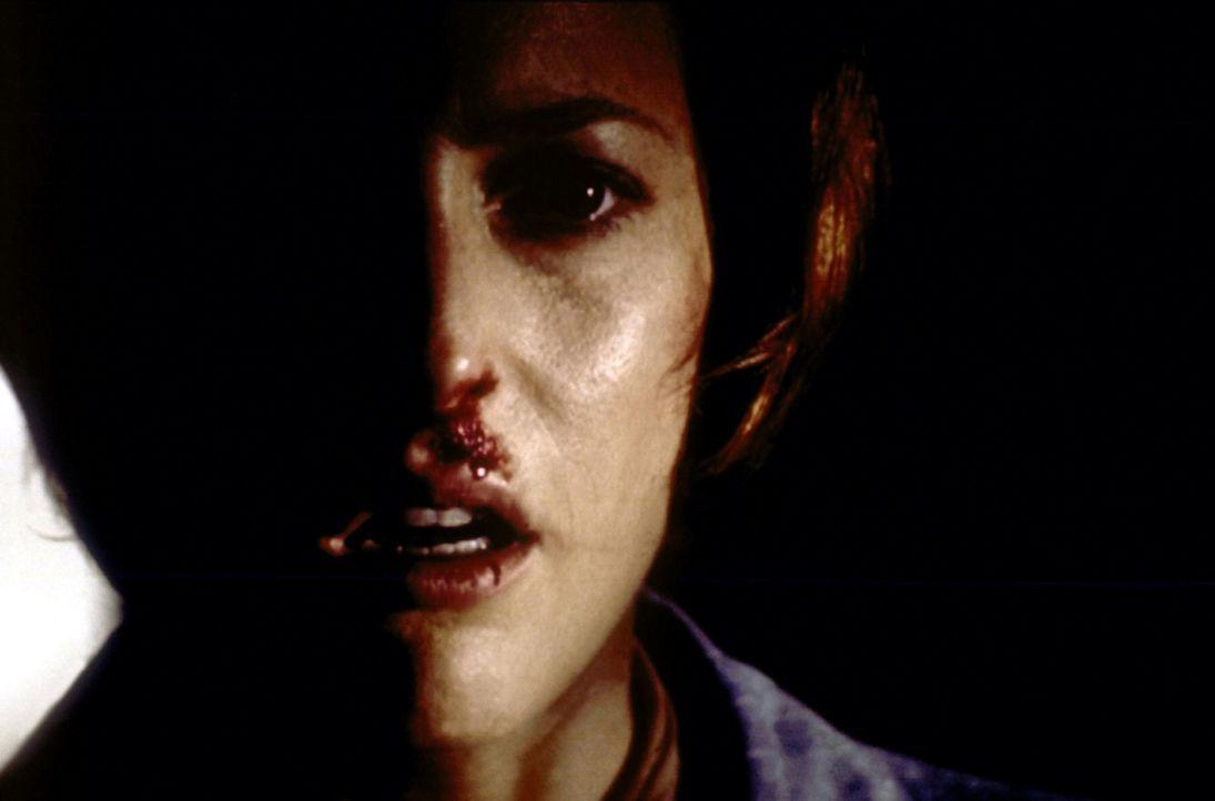 Scully (Gillian Anderson) befindet sich in der Gewalt eines bestialischen Frauenmörders ... - Bildquelle: TM +   2000 Twentieth Century Fox Film Corporation. All Rights Reserved.