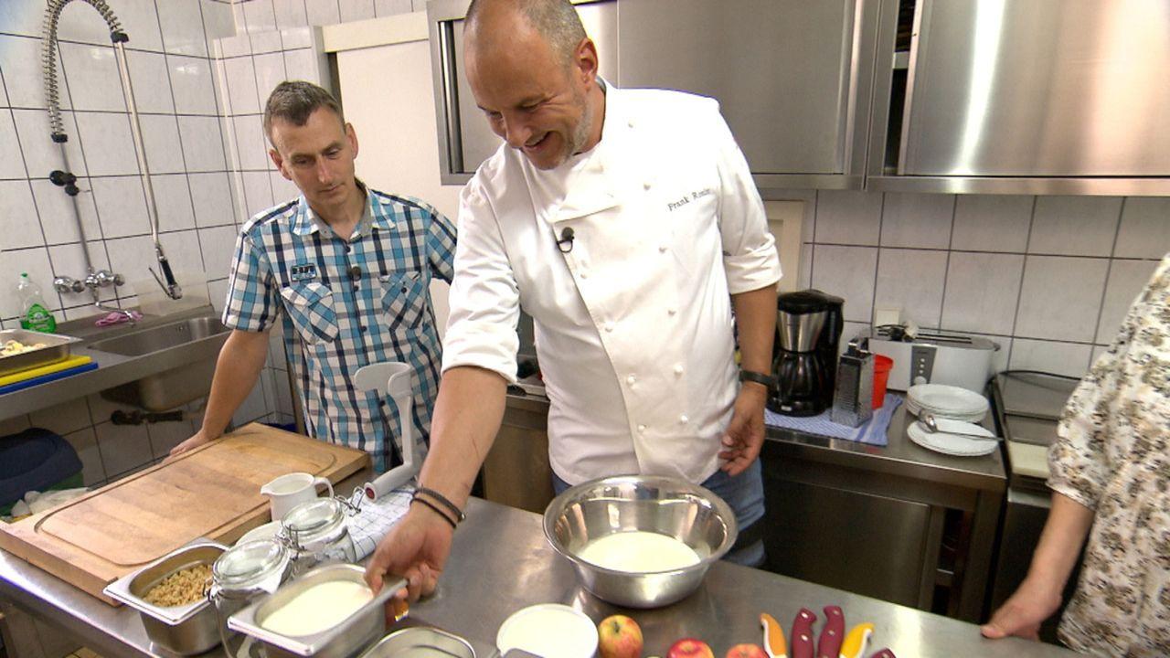 Frank Rosin (r.) soll nicht nur ein Restaurant retten, sondern ein ganzes Hotel. 200.000 Euro Schulden, keine Ahnung vom Kochen und keine Gäste. Das... - Bildquelle: kabel eins