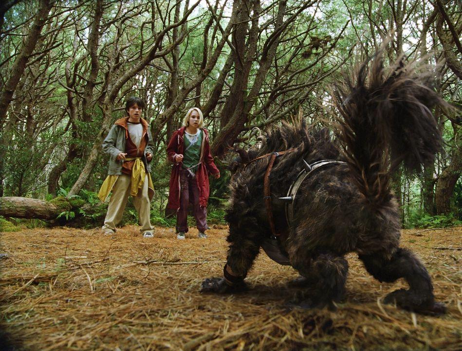 Schon bald müssen Leslie (Anna Sophia Robb, r.) und Jess (Josh Hutcherson, l.) erkennen, dass es in ihrer Phantasiewelt nicht nur liebenswerte Fabel... - Bildquelle: 2006 Constantin Film, München