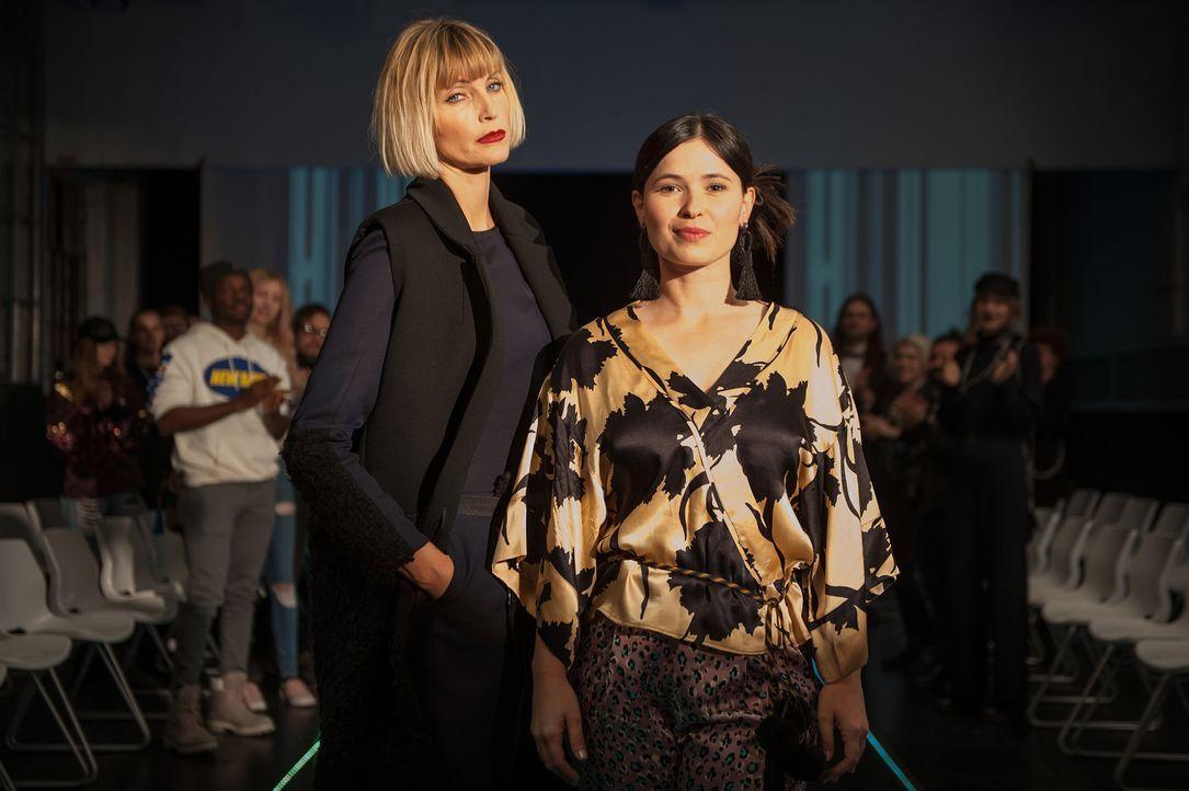 Mit einer gemeinsamen Modekollektion soll Mandy unter ihrem Künstlernamen Mia der Durchbruch und Agnes van Beuyten (Nadja Auermann, r.) das Comeback... - Bildquelle: Britta Krehl SAT.1