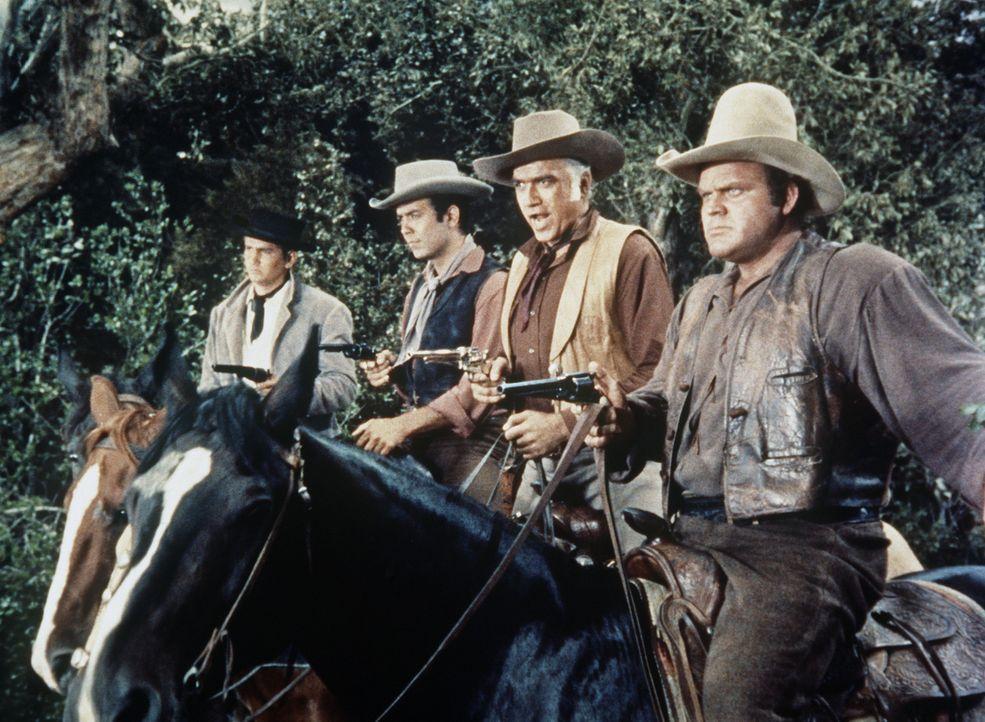 (v.l.n.r.) Little Joe (Michael Landon), Adam (Pernell Roberts), Ben Cartwright (Lorne Greene) und Hoss (Dan Blocker) haben Viehdiebe gestellt. - Bildquelle: Paramount Pictures