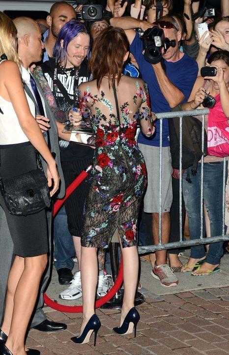 Kristen Stewart wird von Fans umlagert - Bildquelle: AFP