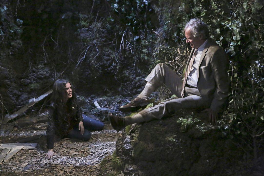Als Wades Vater Earl (Christopher Curry, r.) Zoe (Rachel Bilson, l.) um Hilfe bittet, ahnt diese noch nicht, in welch einem Chaos alles enden wird ... - Bildquelle: Warner Brothers