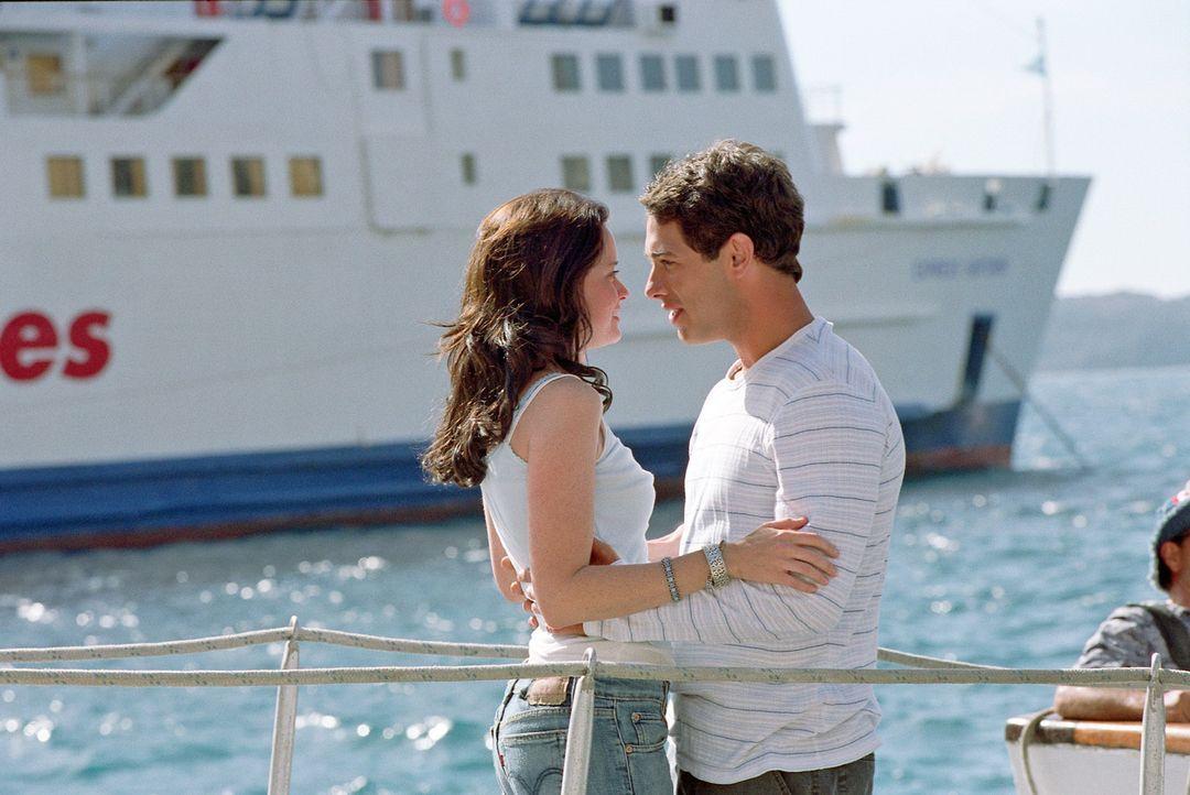"""Kaum in Griechenland angekommen, hat Lena (Alexis Bledel, l.) einen kleinen Unfall und stürzt ins Meer. Als sie mit der """"magischen Jeans"""", die sie... - Bildquelle: Warner Bros."""