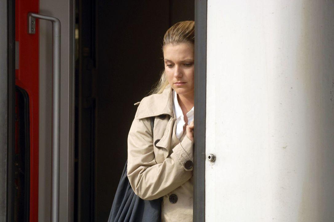 Unentschlossen steht Anna (Jeanette Biedermann) in der Zugtür - was wird sie tun...? - Bildquelle: Claudius Pflug Sat.1