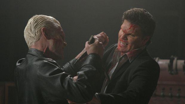 Zwischen Spike (James Marsters, l.) und Angel (David Boreanaz, r.) kommt es z...