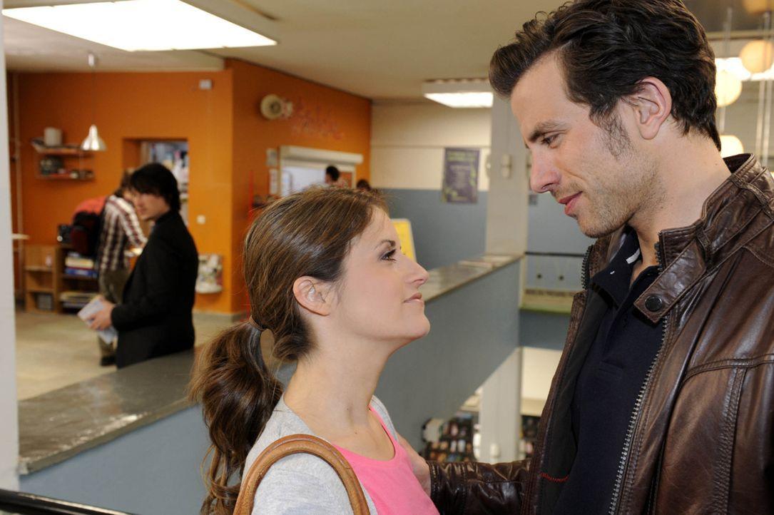 Missgünstig beobachtet Ben (Christopher Kohn, l.) wie Bea (Vanessa Jung, M.) mit Michael (Andreas Jancke, r.) anbandelt. - Bildquelle: SAT.1