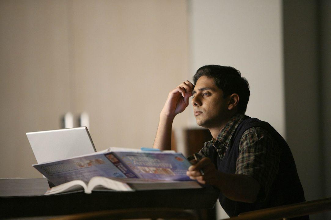 Während es in der frischen Beziehung von Liz und Christian bereits kriselt, sorgt Seans enge Bindung zu seinem jungen Studenten Raj (Adhir Kalyan)... - Bildquelle: Warner Bros. Entertainment Inc. All Rights Reserved.