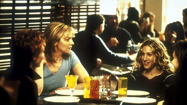 Carrie (Sarah Jessica Parker, 2.v.r.) überlegt mit Miranda (Cynthia Nixon, l....